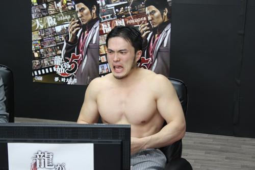 脱ぎ出すマッスル宮崎さん